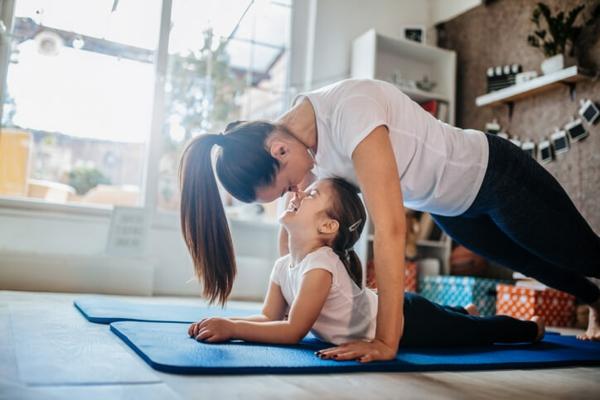 Τα προϊόντα καθαρισμού χαλιών γιόγκα κάνουν τη γιόγκα μαμά και το μωρό σας