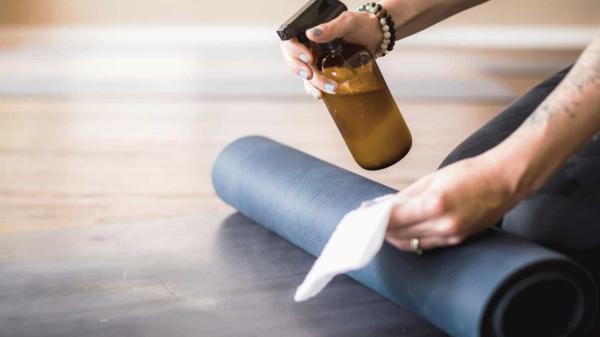 Καθαρίστε και απολυμάνετε το χαλί γιόγκα σας Φτιάξτε τη δική σας απορρυπαντική συνταγή