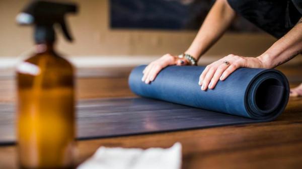Mach deine Yogamatte sauber.  Reinigungsmittel selbst herstellen