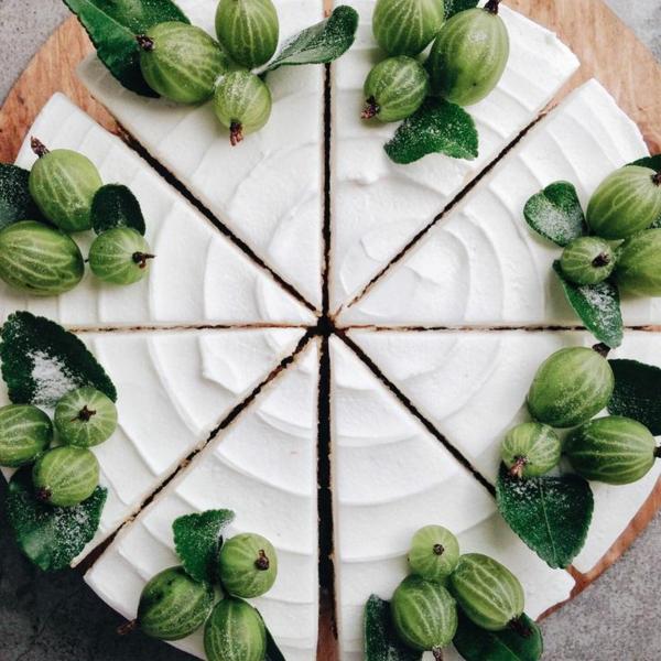 eleganter kuchen mit stachelbeeren