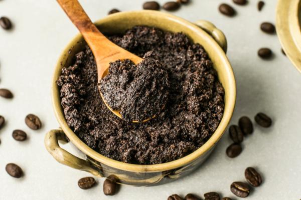 Kaffeesatz-Peeling gegen Dehnungsstreifen