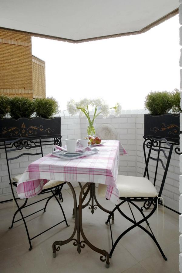 kleiner balkon deko ideen gemütlicher essbereich passende möbel