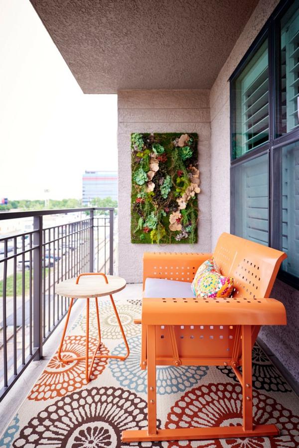 kleiner balkon deko ideen grüne wand farbige möbel