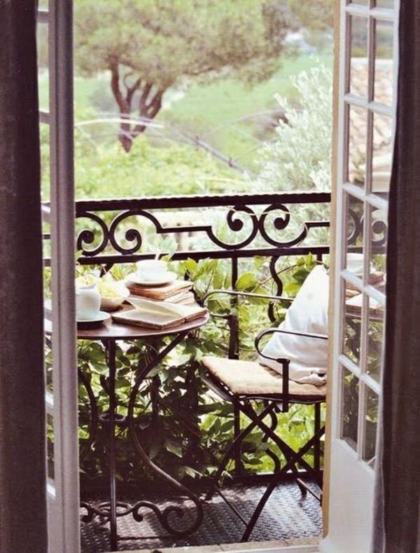 kleiner balkon deko ideen grünpflanzen passende balkonpflanzen