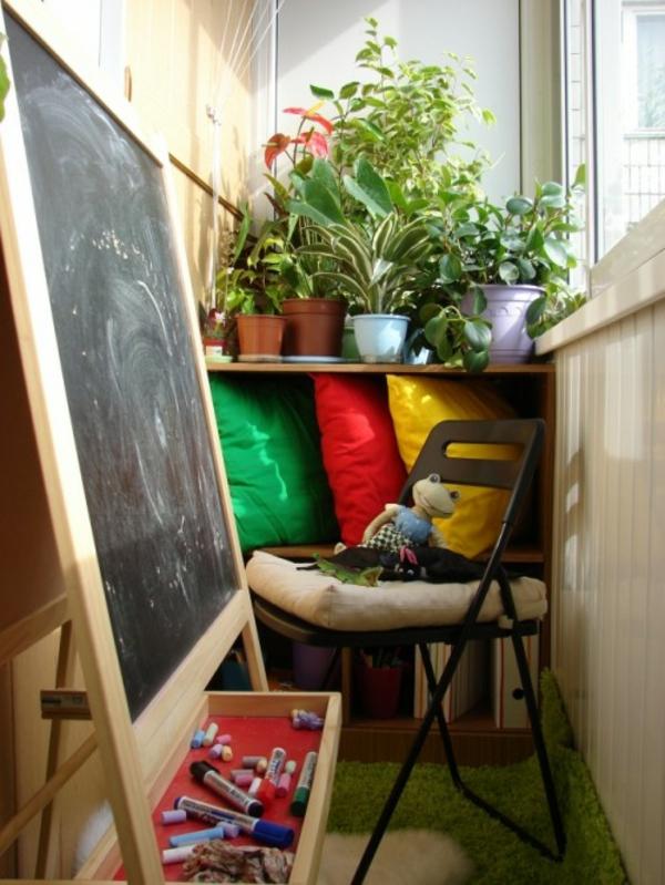 kleiner balkon deko ideen kleine fläche viele pflanzen