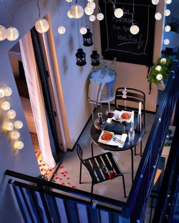 kleiner balkon deko ideen leuchterketten pflanzen romantisch gemütlich