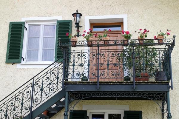 kleiner balkon deko ideen passende pflanzen auswählen