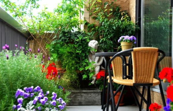 kleiner balkon deko ideen reichliche bepflanzung frische farben