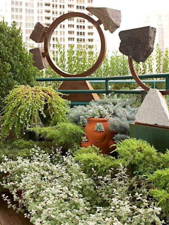 mehr Farbe in den Garten bringen üppige Grünpflanzen verschiedene Nuancen von Grün dekorative Elemente