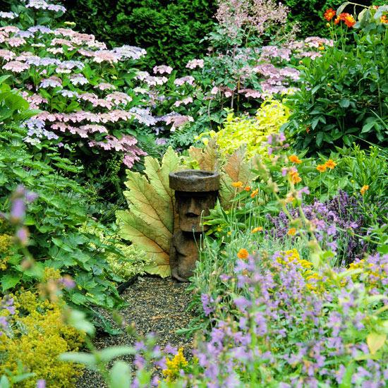 mehr Farbe in den Garten bringen üppiges Laub verschiedene Farben von gelb über hellgrün bis dunkelgrün