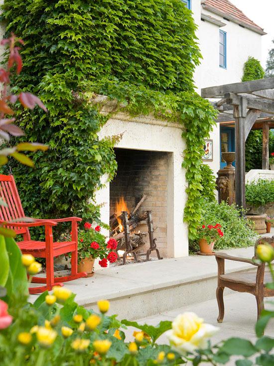 mehr Farbe in den Garten bringen eine Feuerstelle draußen begrünt ein roter Stuhl daneben
