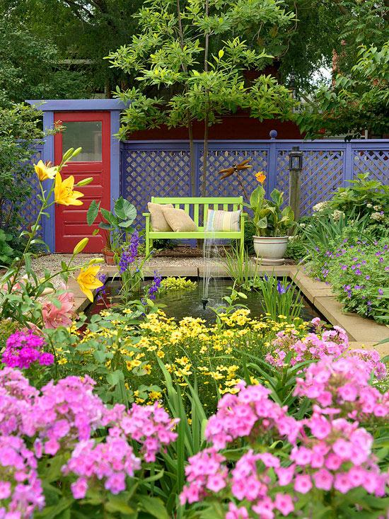 mehr Farbe in den Garten bringen gelbe und violette Blüten kleiner Gartenpool