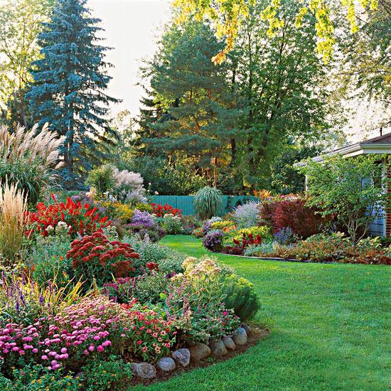 mehr Farbe in den Garten bringen leuchtend rote Gartenblume sattgrüne Salbeiblätter Pampasgras schöner Blick