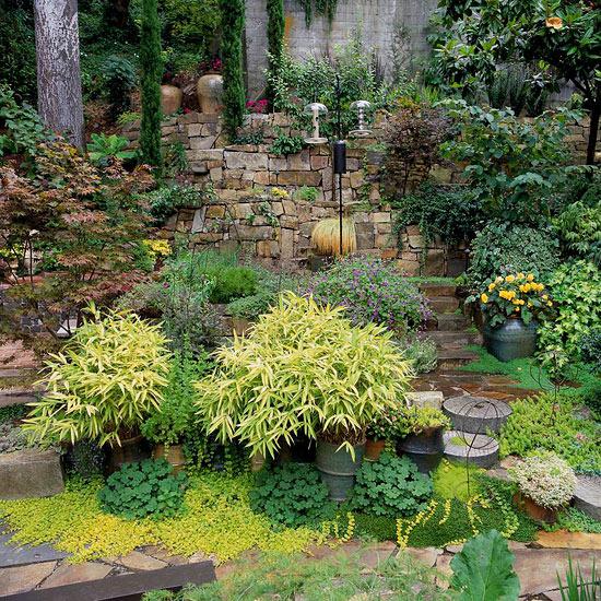 mehr Farbe in den Garten bringen schattige Gartenzonen bepflanzen viele Grünpflanzen verschiedene Grüntöne von silbergrün bis dunkelgrün