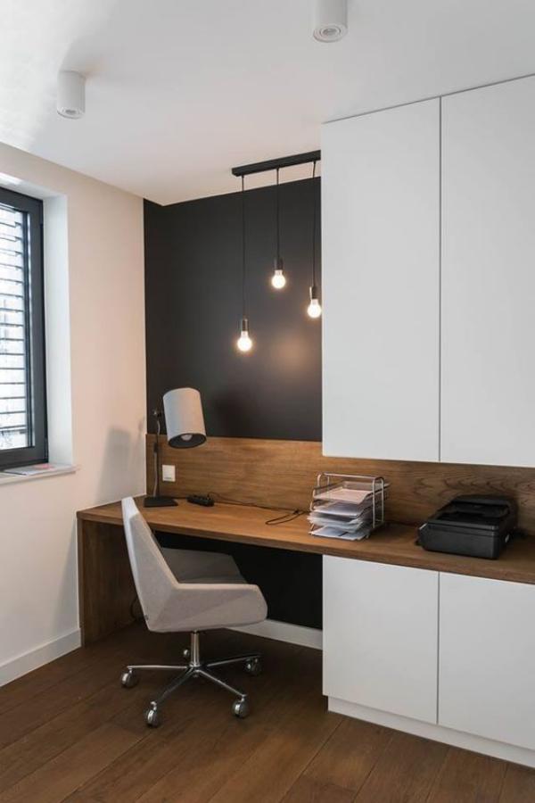 minimalistisches Home-Office Tageslicht aber auch künstliche Beleuchtung Hängelampen einfache Büromöbel