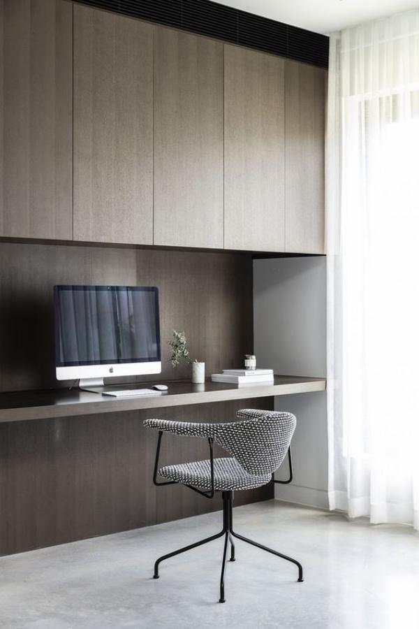 minimalistisches Home-Office ansprechende Raumatmosphäre Grau dominiert großer PC Bildschirm Bürostuhl aus Metall