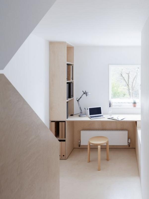 minimalistisches Home-Office ansprechendes Ambiente weiß und grau dominieren helles Holz viel Tageslicht