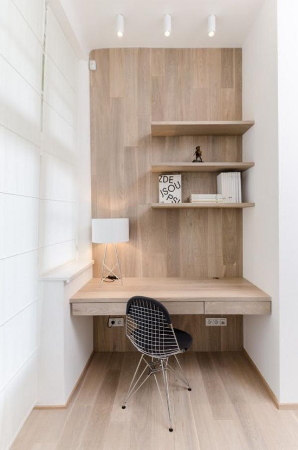 minimalistisches Home-Office auf kleiner Fläche in einer Nische viel helles Holz natürliche Wärme