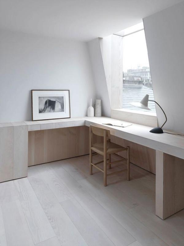minimalistisches Home-Office einfaches Raumdesign viel Tageslicht Schreibtischlampe ein Bild links