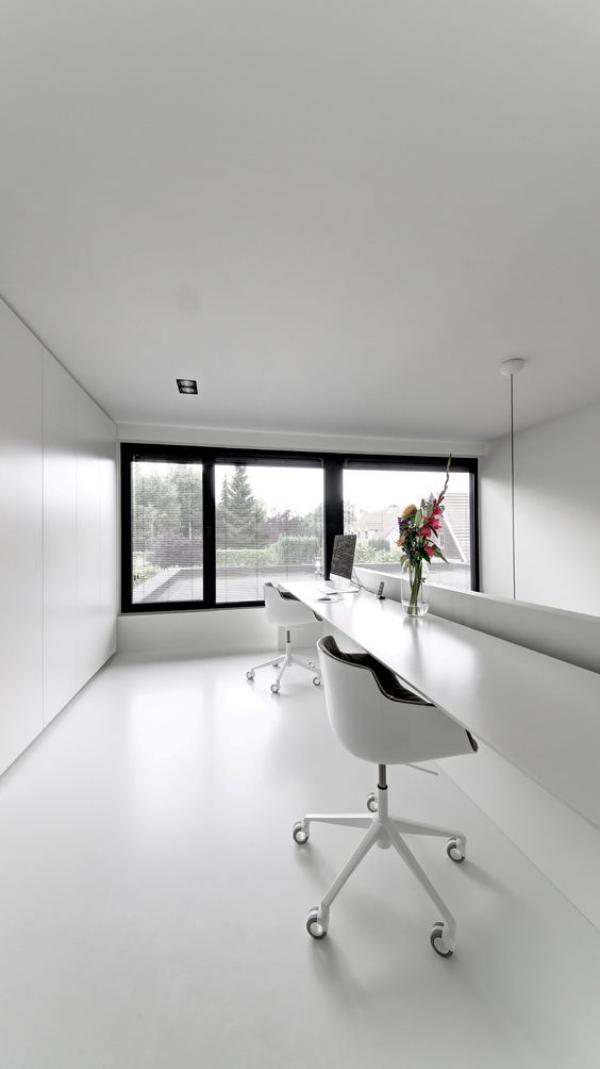 minimalistisches Home-Office geräumiges Heimbüro Platz für zwei Personen Weiß dominiert viel Licht