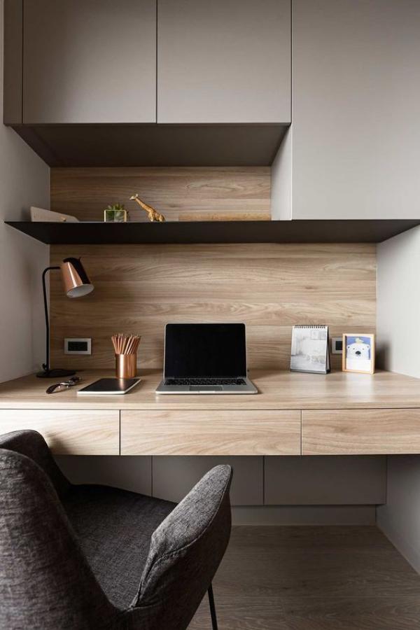 minimalistisches Home-Office helles Holz graue Oberschränke grauer Sessel sehr ansprechend