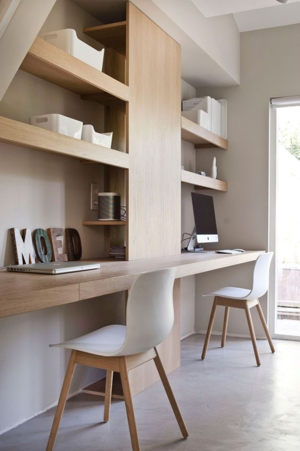 minimalistisches Home-Office helles Holz mit Weiß und Grau kombiniert gute Regaleinheiten