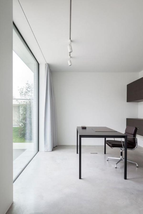 minimalistisches Home-Office helles weißes Ambiente viel Tageslicht französische Tür elegante schwarze Büromöbel