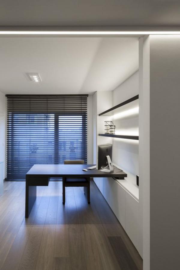 minimalistisches Home-Office integrierte LED-Beleuchtung arbeiten abends