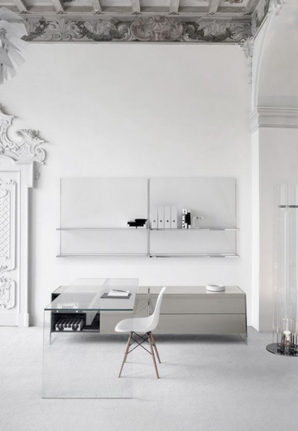 minimalistisches Home-Office interessantes Design Stilmix Schreibtisch aus Glas weiße Farbe Deko Elemente an der Zimmerdecke