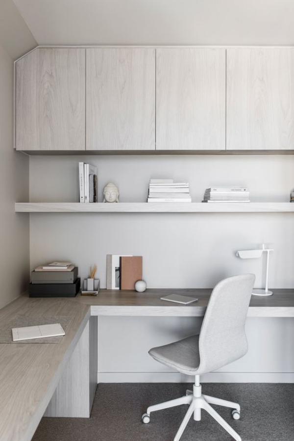 minimalistisches Home-Office perfekte Arbeitsatmosphäre schaffen in der Zimmerecke helle Farben Grau Weiß