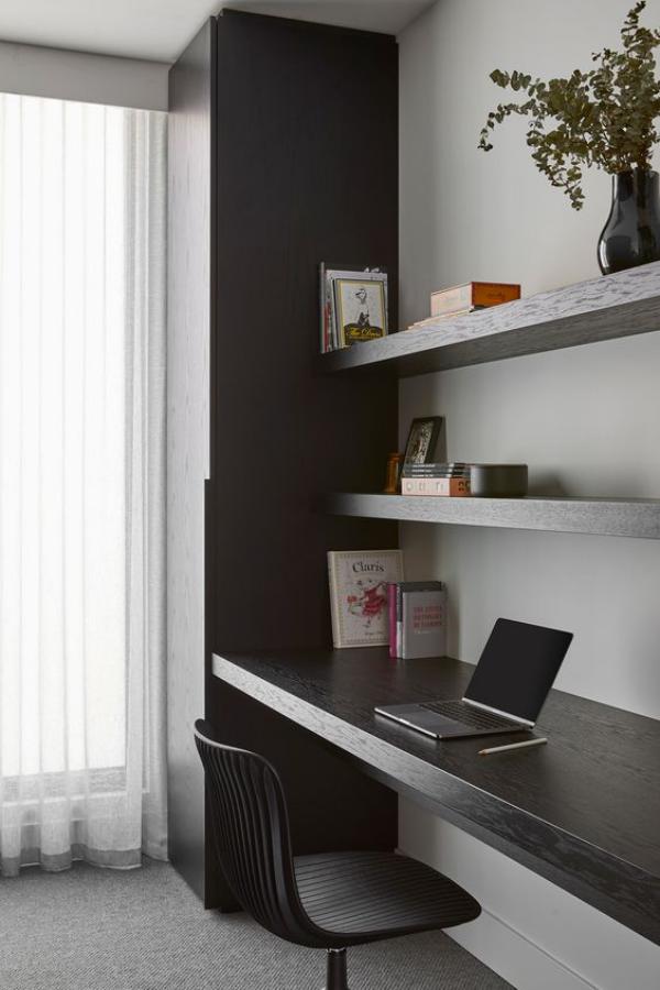 minimalistisches Home-Office perfekte Ordnung und Sauberkeit geben den Gedanken Freiraum
