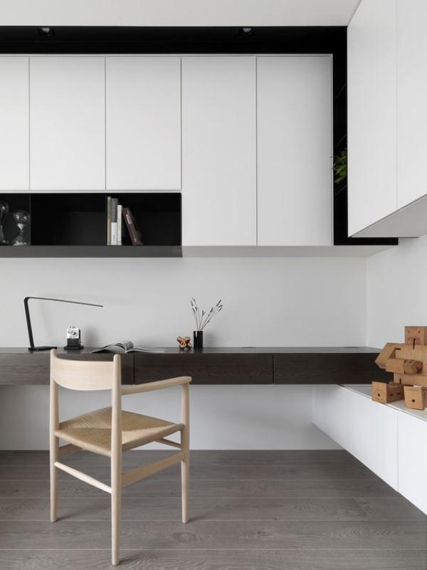 minimalistisches Home-Office perfekte saubere aufgeräumte Raumatmosphäre ohne Papierkram und Kabelsalat