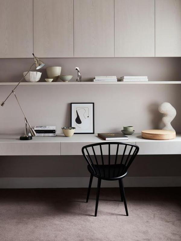 minimalistisches Home-Office schöne decorative Gegenstände positive Emotionen hervorrufen