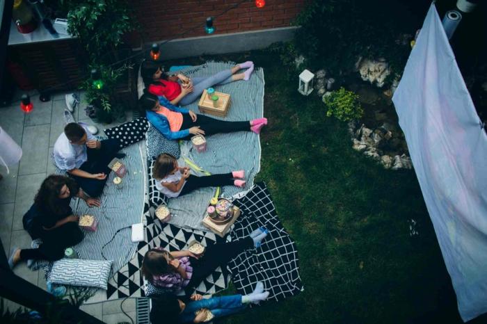terrasse dekorieren outodoor deko badewanne festlich bodenteppich kuehle abende herbst frisch openair kino