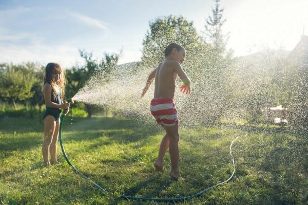 wasserschlauch abkühlung sommer