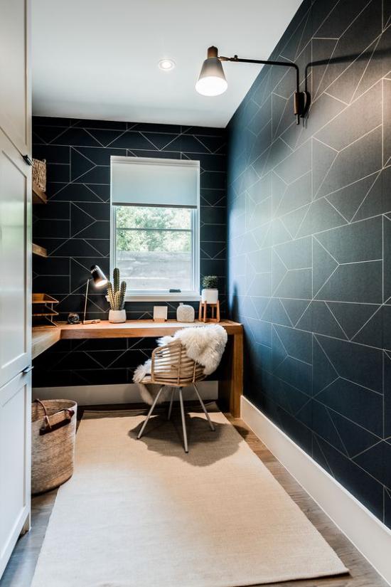 zeitgenössisches Home Office Kontraste schaffen heller Bodenbelag dunkle Wand Fenster weiße Textilien Korb zwei Lampen Kakteen in Töpfen