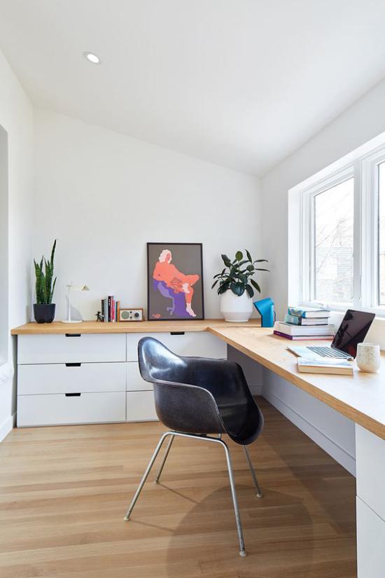 zeitgenössisches Home Office ansprechendes einladendes Heimbüro zwei immergrüne Topfpflanzen ein angelehntes an die Wand Bild genug Raumdeko