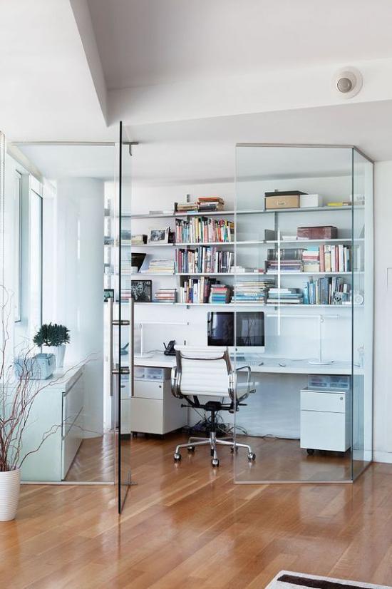 zeitgenössisches Home Office einfach eingerichtetes Heimbüro hinter Glaswand getrennt vom Wohnbereich