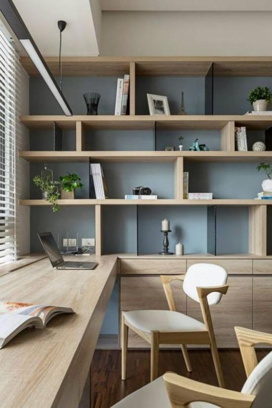 zeitgenössisches Home Office helles Holz langer Schreibtisch Fenster offenes Regal Staumöglichkeiten moderne Beleuchtung