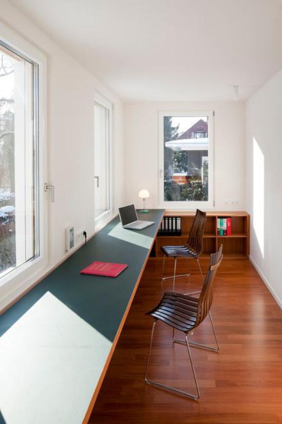 zeitgenössisches Home Office modern gestaltet langer Schreibtisch an den Fenstern zwei drei Arbeitsplätze