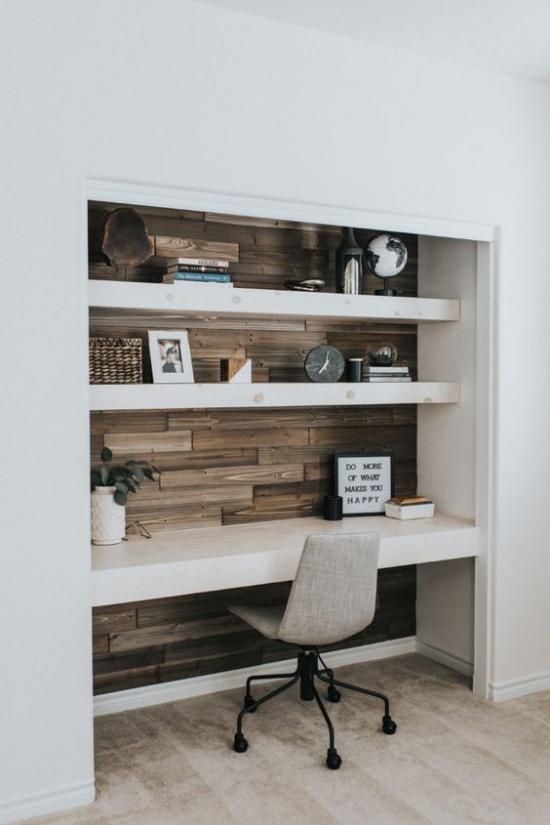 zeitgenössisches Home Office schöne Arbeitsecke viel Holz verschiedene Braunnuancen Regal verschiedene Deko Gegenstände