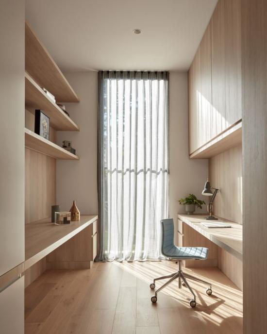 zeitgenössisches Home Office schöner moderner Raum leichte Gardinen an der französischen Tür helles Holz gerade Linien höchste Eleganz
