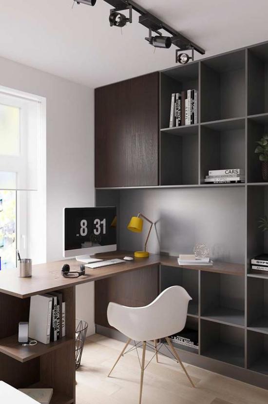 zeitgenössisches Home Office weiß und dunkelbraun im Kontrast Schreibtisch Deckenbeleuchtung Schiene Regal weißer Sessel