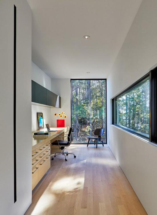 zeitgenössisches Home Office weite Fenster Glaswand die Natur kommt ins Heimbüro