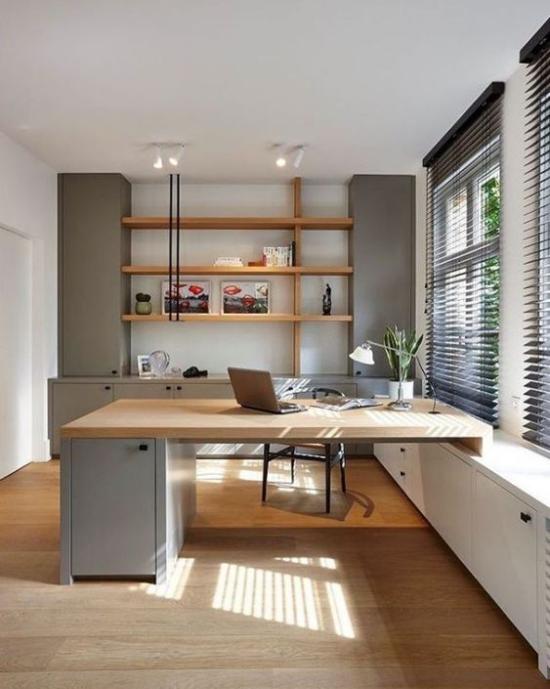 zeitgenössisches Home Office weite Fenster Rollos viel Tageslicht Deckenlampen Schreibtischlampe schöne Raumatmosphäre