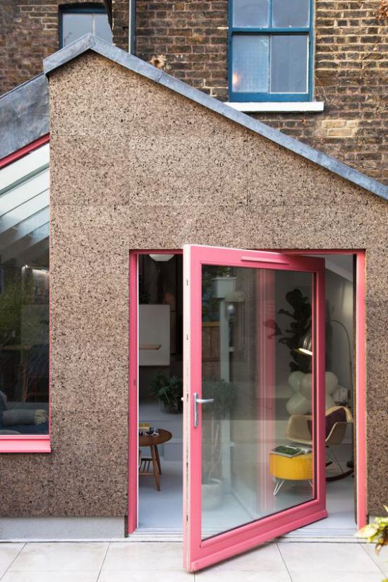 Drehtüren fürs Zuhause Anbau am alten Haus rosa Rahmen Glastür sehr modern wirken