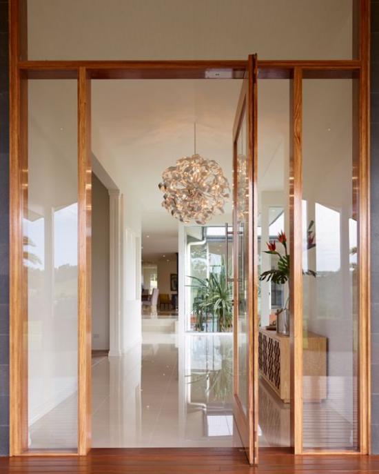 Drehtüren fürs Zuhause Holzrahmen Glasscheiben elegantes Design viel Tageslicht durchfluten lassen