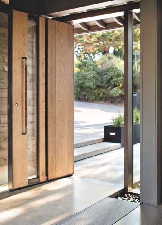 Drehtüren fürs Zuhause Kombination aus Holz und Glas am Hausausgang zum Garten