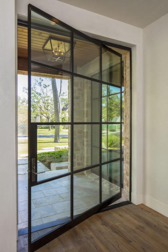 Drehtüren fürs Zuhause am Übergang zum Garten aus Glasscheiben schwarzer Metallrahmen