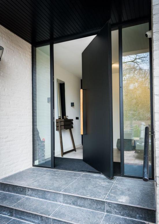 Drehtüren fürs Zuhause am Hauseingang Glas und Metall in Kombination sehr auffallend